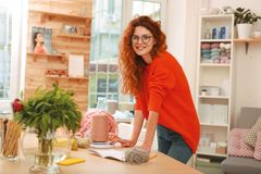 Fille de lancement avec des cheveux de gingembre préparant des fils pour la broderie Photographie stock libre de droits