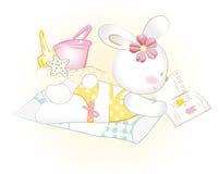 Fille de lapin de bébé à la prendre un bain de soleil Photographie stock