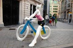 Fille de lapin sur le vélo Image stock