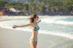 Fille de liberté sur la plage Photographie stock libre de droits