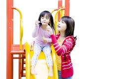 Fille de Liitle et sa mère avec des bulles de savon Photos stock