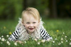 Fille de Litlle dans l'herbe Images libres de droits
