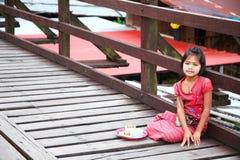 Fille de lundi sur le pont en bois Photographie stock