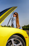 Fille de luxe de charme et voiture de sport jaune Photographie stock libre de droits