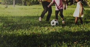Fille de mère de famille jouant le sport du football Image stock