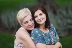 Fille de mère et d'adulte en parc vert posant ensemble images libres de droits