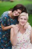 Fille de mère et d'adulte en parc vert posant ensemble photographie stock libre de droits