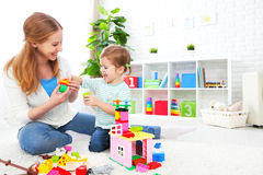 Fille de mère et d'enfant jouant, construction de constructeur Image stock
