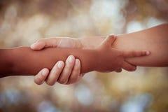 Fille de mère et d'enfant tenant la main ainsi que l'amour Images libres de droits