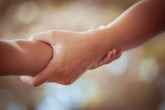 Fille de mère et d'enfant tenant la main ainsi que l'amour Photos libres de droits