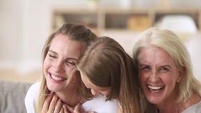 Fille de mère de générations de la famille trois européens et portrait femelles de grand-mère banque de vidéos