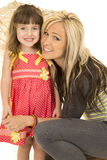 Fille de mère regardant et sourire Photo stock