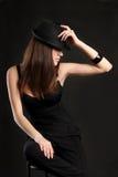 Fille de Mafia dans une robe noire avec un chapeau images libres de droits