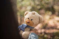 Fille de main avec l'ours de nounours Concept d'amitié Photographie stock