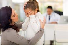 Fille de malade de mère Images libres de droits