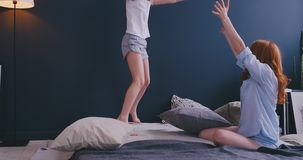 Fille de maman et d'enfant ayant le combat d'oreiller ensemble, jeune bonne d'enfants de babysitter jouant le jeu dr?le avec la f banque de vidéos
