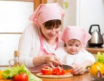 Fille de maman et d'enfant préparant la nourriture saine Images libres de droits