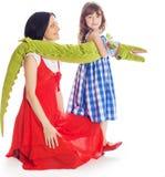 Fille de maman et un crocodile de jouet Image stock