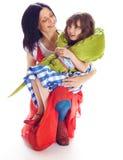 Fille de maman et un crocodile de jouet Photos stock