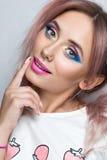 Fille de mannequin de beauté avec la coiffure rose de la queue de cheval deux Photo stock