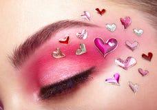 Fille de maquillage d'oeil avec un coeur Photographie stock libre de droits