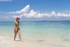 Fille de marche sur la plage Photographie stock libre de droits