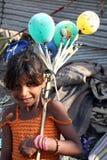 Fille de mendiant avec des ballons photos libres de droits