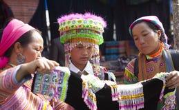 Fille de minorité de Hmong de Vietnamien essayant le nouveau costume traditionnel Image stock