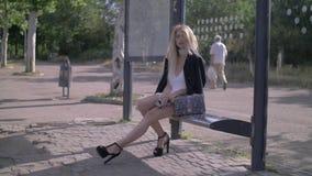 Fille de mode à l'arrêt d'autobus banque de vidéos