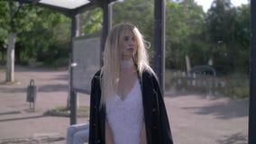 Fille de mode à l'arrêt d'autobus clips vidéos
