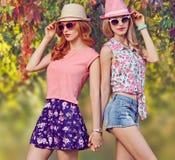 Fille de mode, équipement élégant d'été Nature extérieure Images stock