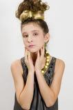 Fille de mode affichant les bijoux et le sac à main images libres de droits