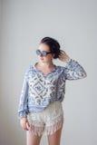 Fille de mode avec dans des lunettes de soleil Fond blanc, pas photographie stock