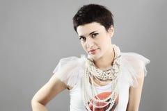 Fille de mode avec des colliers de perle photos libres de droits