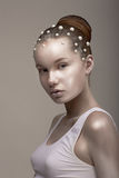 Bodyart. Coloration. Femme asiatique fascinante - avec peint bronzé - peau d'or. Regard photos stock