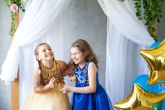 Fille de mode célébrant son anniversaire Image stock