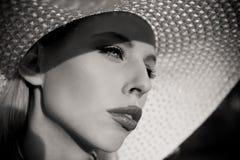 Fille de mode d'été avec le chapeau image libre de droits