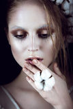Fille de mode d'art avec le maquillage créatif et coton dans ses cheveux Visage de beauté Image libre de droits