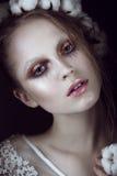 Fille de mode d'art avec le maquillage créatif et coton dans ses cheveux Visage de beauté Photographie stock