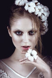 Fille de mode d'art avec le maquillage créatif et coton dans ses cheveux Visage de beauté Photo stock