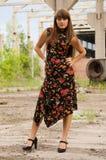 Fille de mode dans la robe avec des fleurs photographie stock libre de droits