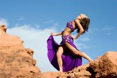 Fille de mode dans la robe de danse de ventre image libre de droits