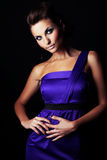 Fille de mode de Brunette dans la robe violette photos libres de droits