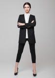 Fille de mode de bureau de femme d'affaires dans le costume noir Photographie stock