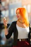 Fille de mode de femme avec le smartphone extérieur Photos libres de droits