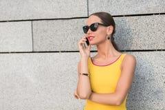 Fille de mode parlant au-dessus du téléphone portable Image libre de droits