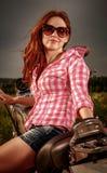 Fille de motard s'asseyant sur la moto Image libre de droits