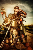 Fille de motard sur une moto Photo libre de droits