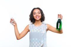 Fille de mulâtre avec le champagne et le verre Image stock