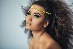 Fille de mulâtre avec les cheveux bouclés Image stock